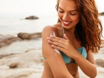 Estos son los errores que cometes al escoger (y aplicarte) crema solar