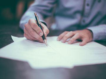 Una persona escribiendo una carta