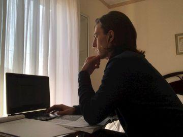 Un joven trabaja ante su ordenador