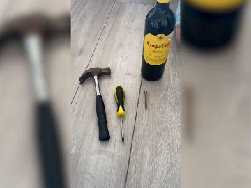 Aprende a abrir una botella de vino con un tornillo y un martillo