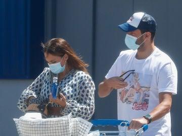Paula Echevarría y Miguel Torres pillados haciendo unas compras en Oviedo