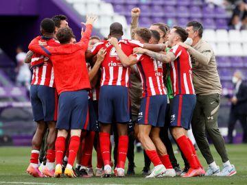 Los jugadores del Atlético de Madrid celebran el título de Liga tras ganar al Real Valladolid por 1-2 en el último partido de LaLiga Santander, el pasado 22 de mayo en el estadio José Zorrilla, en Valladolid.