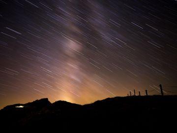 Fotografia de la Vía Láctea durante el pico de máxima intensidad de las perseidas, que se han podido observar en la madrugada del viernes desde el pico Tres Mares de Cantabria.