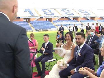 """La peculiar boda entre dos seguidores del Recreativo de Huelva en el Nuevo Colombino: """"Distintos amores, misma pasión"""""""