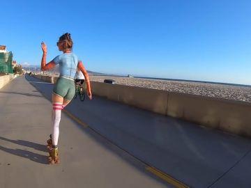 Una patinadora sorprende a la gente al patinar desnuda por la calle