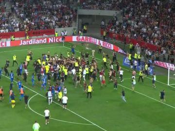 Decenas de aficionados del Niza saltan al campo para pegar a los jugadores del Marsella