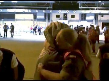 El abrazo de una militar con una mujer afgana que conmueve al mundo