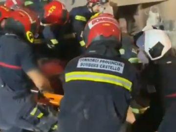 Rescatan a un hombre con vida del derrumbe en Peñíscola
