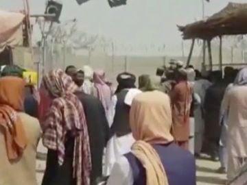 La incertidumbre y el temor de los afganos por los talibanes colapsa la frontera con Pakistán