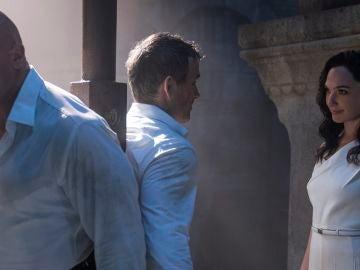 Dwayne Johnson, Ryan Reynolds y Gal Gadot en 'Alerta roja'