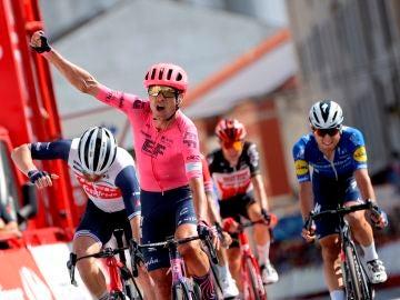 Cort Nielsen gana al sprint su tercera etapa en esta Vuelta España y Roglic asegura el maillot un día más