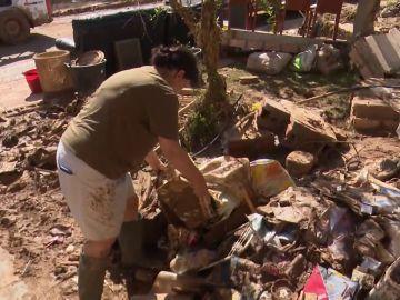 Los vecinos de las zonas más afectadas por la DANA siguen trabajando por limpiar los destrozos y denuncian robos