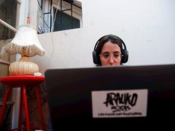Una mujer trabajando desde su casa