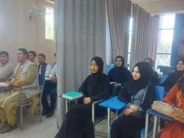 Los talibanes separan con una cortina divide a las mujeres y a los hombres en las universidades afganas
