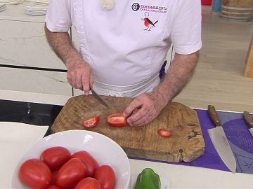 Aprende a cortar perfectamente los tomates para un gazpacho con Karlos Arguiñano
