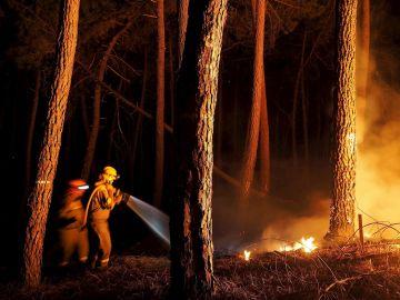 La Unidad Militar de Emergencias (UME) ha acudido este lunes a la localidad lucense de Ribas de Sil con 63 efectivos y 26 medios par participar en las tareas de extinción del incendio forestal