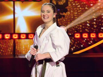 La karateka, actitud total en el escenario para dejar a todos KO con su voz desafinada