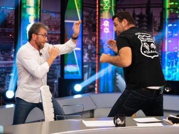 """¡Combate en directo! La divertida """"pelea"""" de Hovik Keuchkerian y Pablo Motos en 'El Hormiguero 3.0'"""