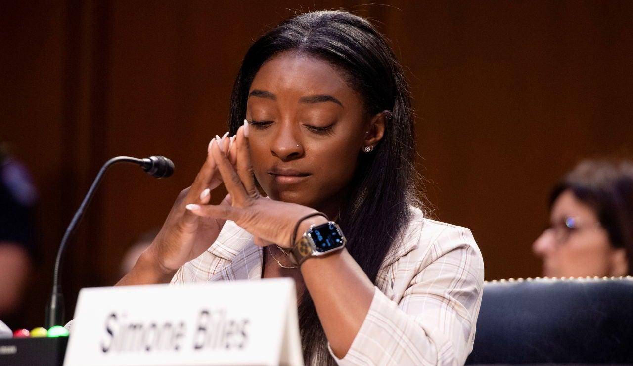Simone Biles testifica ante un comité del Senado