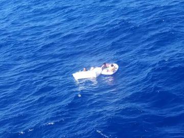 Encuentran a 2 niños náufragos aferrados al cuerpo de su madre sin vida tras amamantarlos 4 días a la deriva