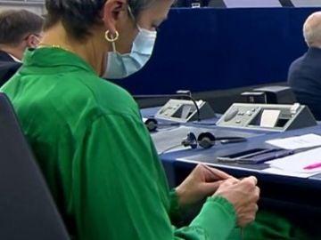 Comisaria tejiendo en una sesión de la Comisión Europea