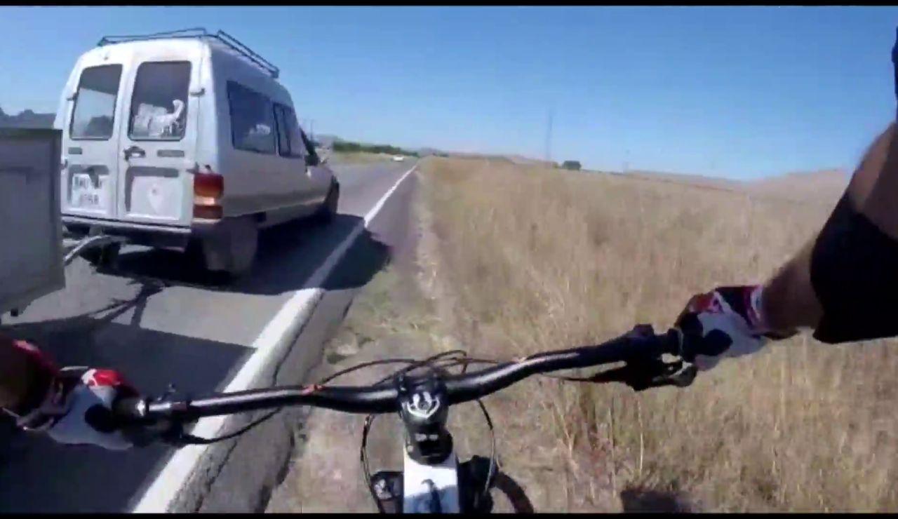 Un conductor saca de la carretera a 2 ciclistas en Murcia
