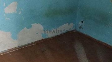 Las paredes de este anuncio de Idealista, desconchadas y ennegrecidas