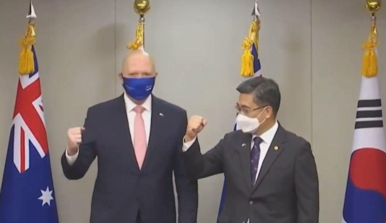 Los ministros de Sanidad de Corea y Australia protagonizan un divertido momento al saludarse con el codo