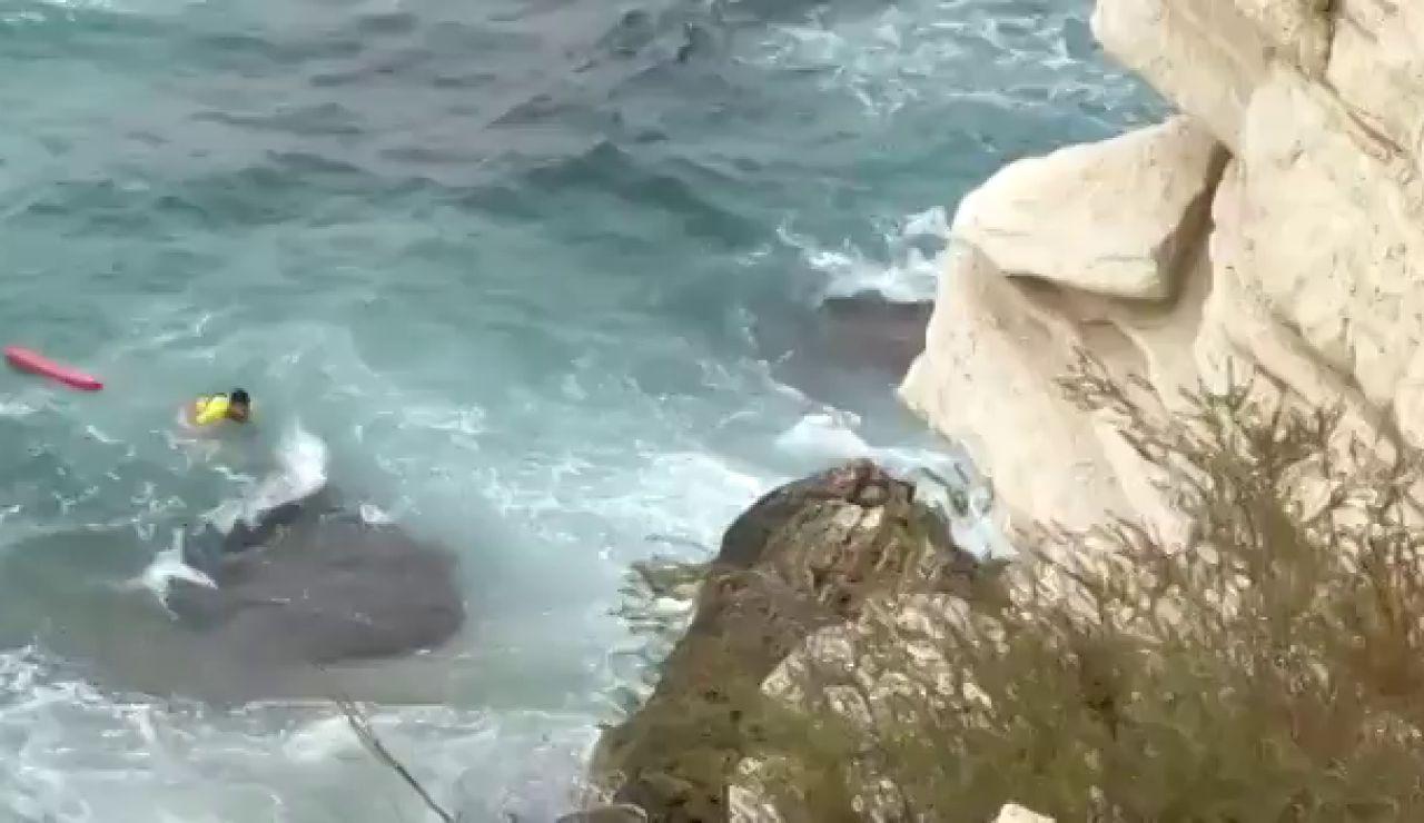 El vídeo del complicado rescate de la joven que se cayó cuando se realizaba un selfie en el Castillo de Benidorm