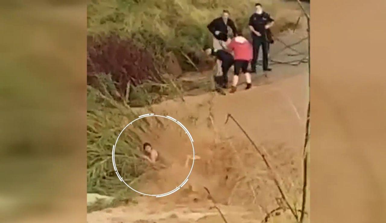 Angustioso rescate a una mujer que estaba siendo arrastrada por una riada en Cheste