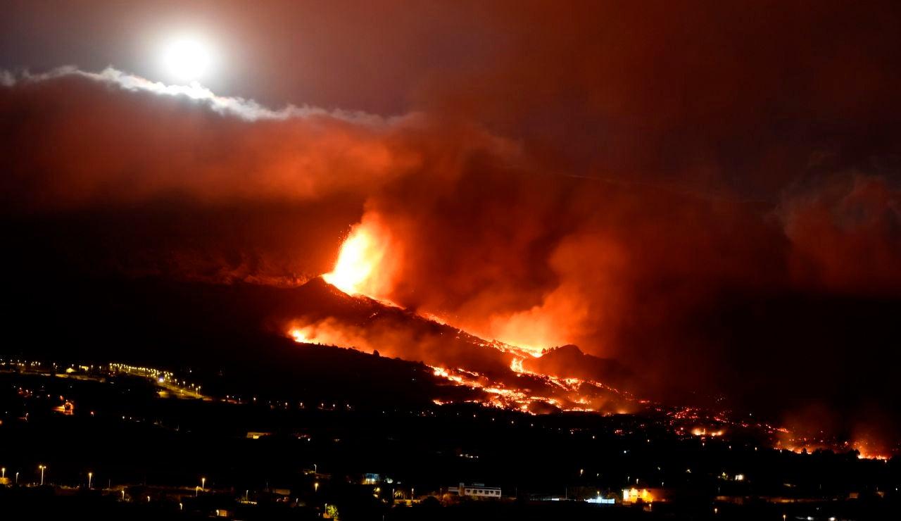 Emerge una nueva boca eruptiva y aumentan las evacuaciones en La Palma