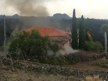 La lava del volcán de La Palma derrumba una casa