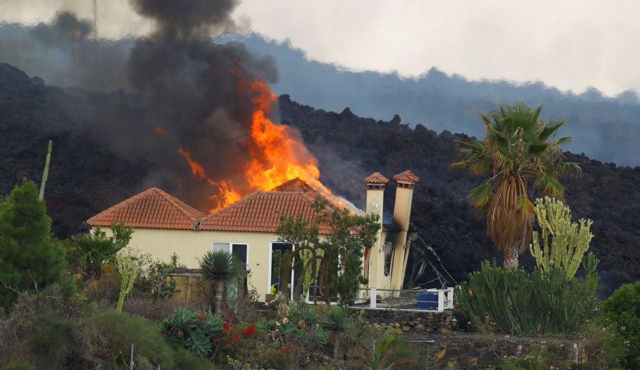 Una casa en llamas por la lava en el residencial de Los Campitos, en Los Llanos