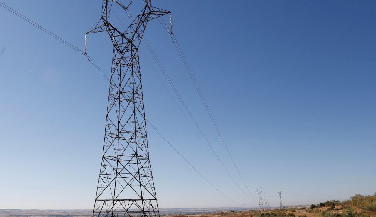 Imagen de archivo de una torre de alta tensión en Madrid.