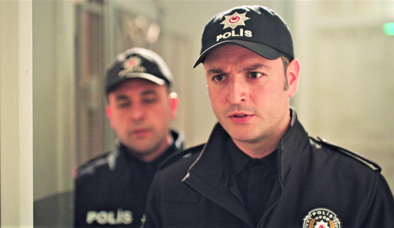 """La policía acude a casa de los Derenoglu en busca de Gülben: """"Tenemos que llevárnosla"""""""