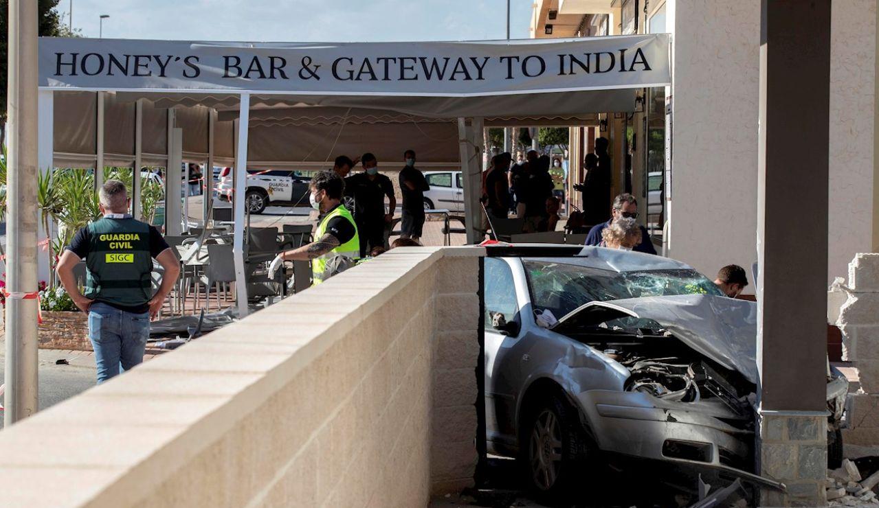 Dos hombres han muerto y otras dos personas han resultado heridas no de gravedad al invadir un coche la terraza de un bar en el núcleo de la población murciana de Roldán, el pasado viernes 17 de septiembre