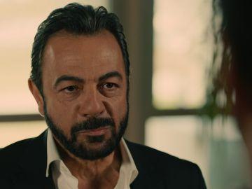 """Fekeli se enfrenta a Demir: """"Tu esposa y la doctora casi mueren por tu culpa"""