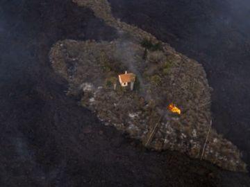 La imagen de la casa que se ha salvado milagrosamente de ser engullida por la lava