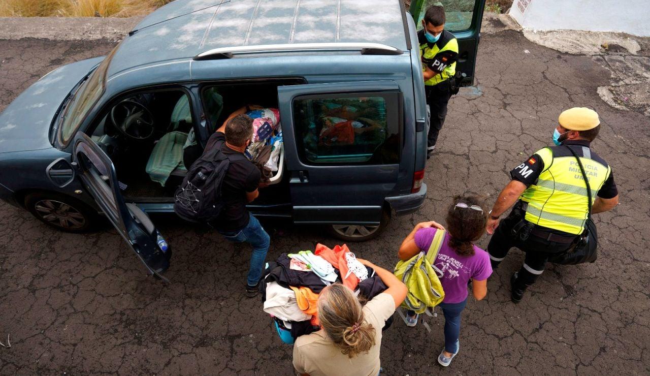 Vecinos desalojan por el volcán de La Palma