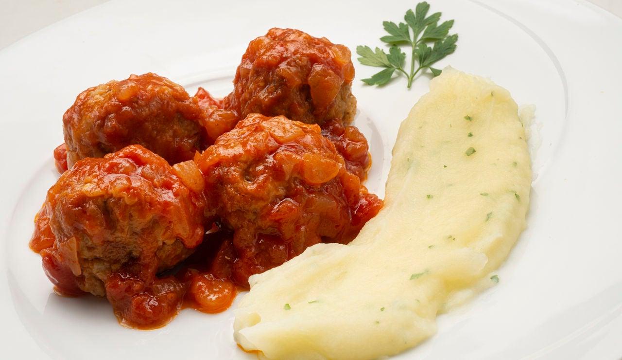 Receta de albóndigas con tomate y puré de patatas, de Karlos Arguiñano