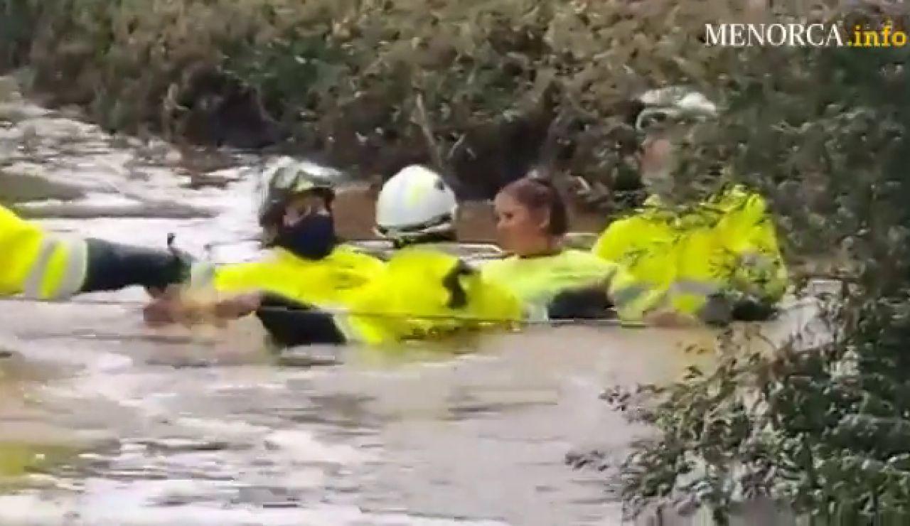 Los bomberos rescatan a una mujer atrapada en su coche por una tromba de agua en Menorca