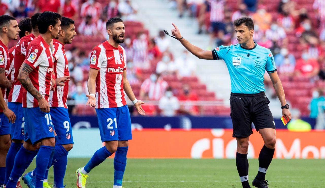 Los jugadores del Atlético de Madrid protestan una decisión al árbitro Gil Manzano