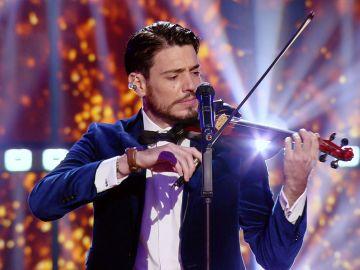 Tan bueno como violinista como malo cantando: detroza 'Yo soy aquel' de Raphael