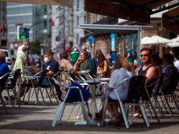 Un grupo de ciudadanos en la terraza de un bar de A Coruña.
