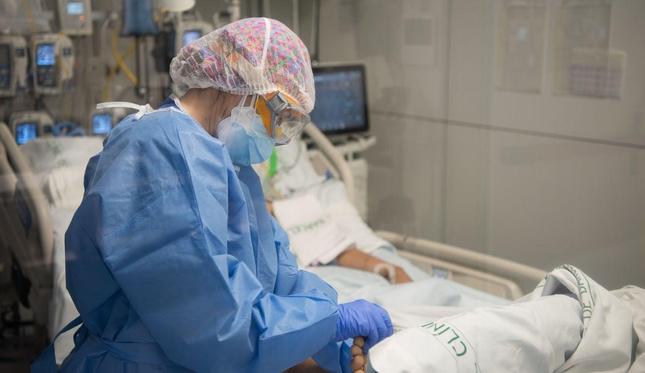 Una sanitaria cuida de un paciente con covid-19 en el Hospital Clínico de Barcelona