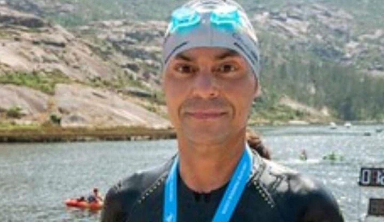 Un gallego realiza una travesía de 4.500 metros a nado a la espera de su tercer trasplante