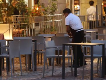EFE Fuente: EFE/EFE Autor: JuanJo Martín Temática: Trabajo » Empleo Trabajo » Empleo » Mercado laboral Trabajo » Salarios y pensiones » Seguridad Social Un camarero prepara la terraza, en una fotografía de archivo.