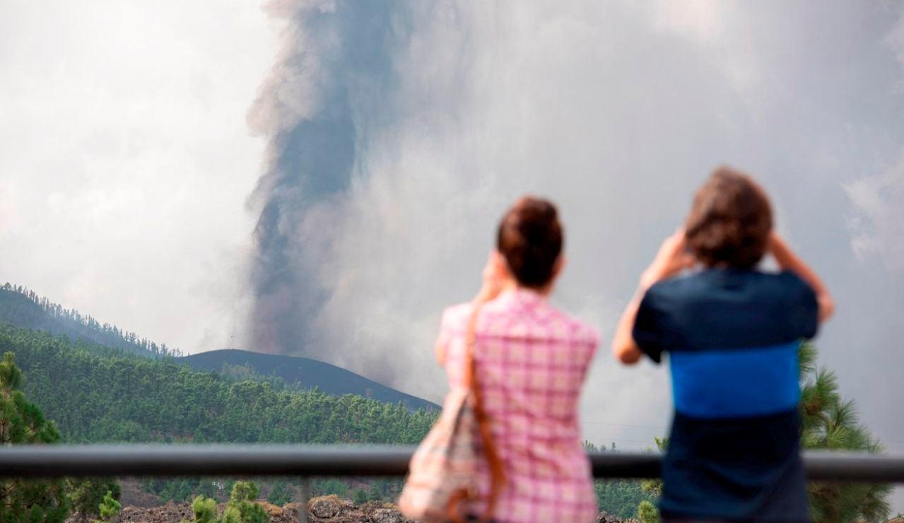 Dos personas observan la erupción de La Palma desde el municipio de El Paso