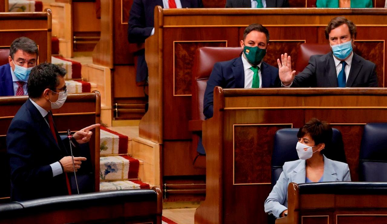 """El diputado de Vox Víctor Sánchez saca un burka en el Congreso para cargar contra la """"diplomacia feminista"""""""