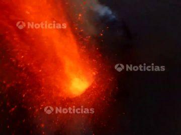 Imágenes en exclusiva de Antena 3 Noticias de la erupción desde la chimenea del volcán de La Palma a vista de dron